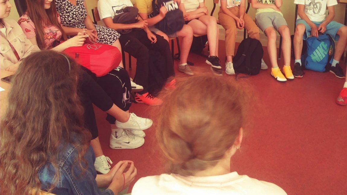 Zdjęcie przedstawia uczniów klas IV-VIII na  warsztatach profilaktycznych, które przeprowadziła pani psycholog Karolina Kędzior z Polskiego Centrum Profilaktyki z Krakowa