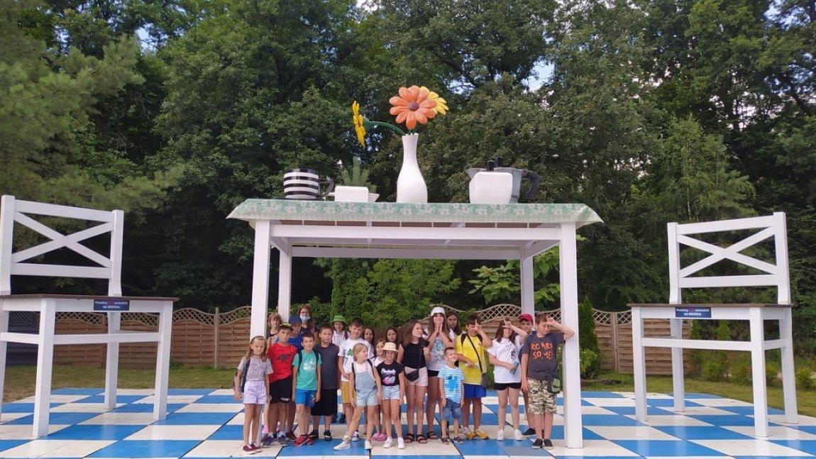 Zdjęcie przedstawia uczestników wyjazdu na Farmę Iluzji z Gminnym Ośrodkiem Kultury w Rusinowie