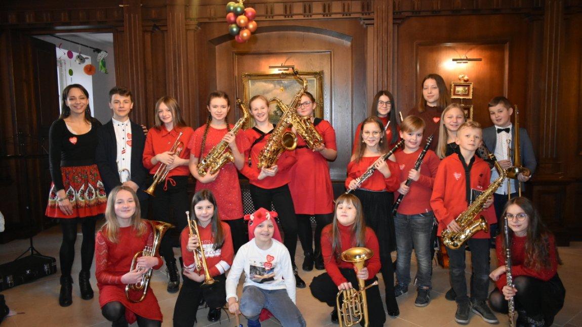 Zdjęcie przedstawia Młodzieżową Orkiestrę Dętą z Rusinowa