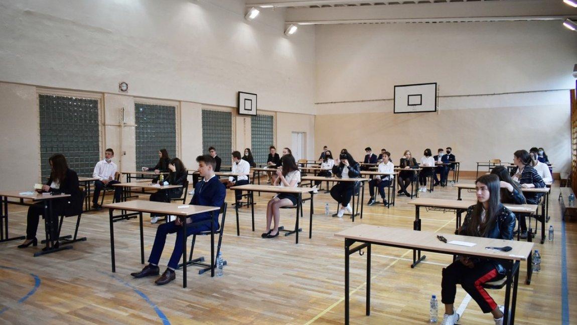 Zdjęcie przedstawia uczniów przystępujących do egzaminu ósmoklasisty z Publicznej Szkoły Podstawowej im. Jana Kochanowskiego w Rusinowie